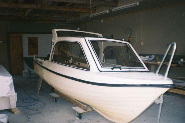 Veneen rakentaminen lasikuidusta